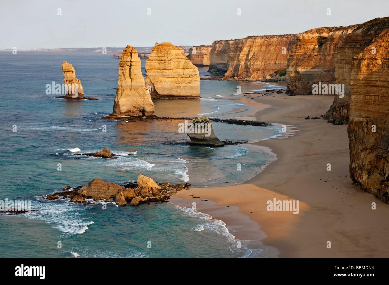 L'Australie, Victoria. Certains des Douze Apôtres debout dans l'eau peu profonde dans le Port Campbell Photo Stock