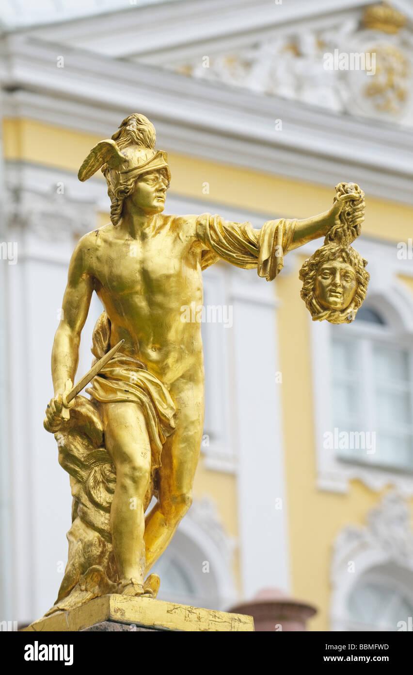Statue de Persée avec la tête de la gorgone Méduse Petergof Saint Petersburg Russie Photo Stock