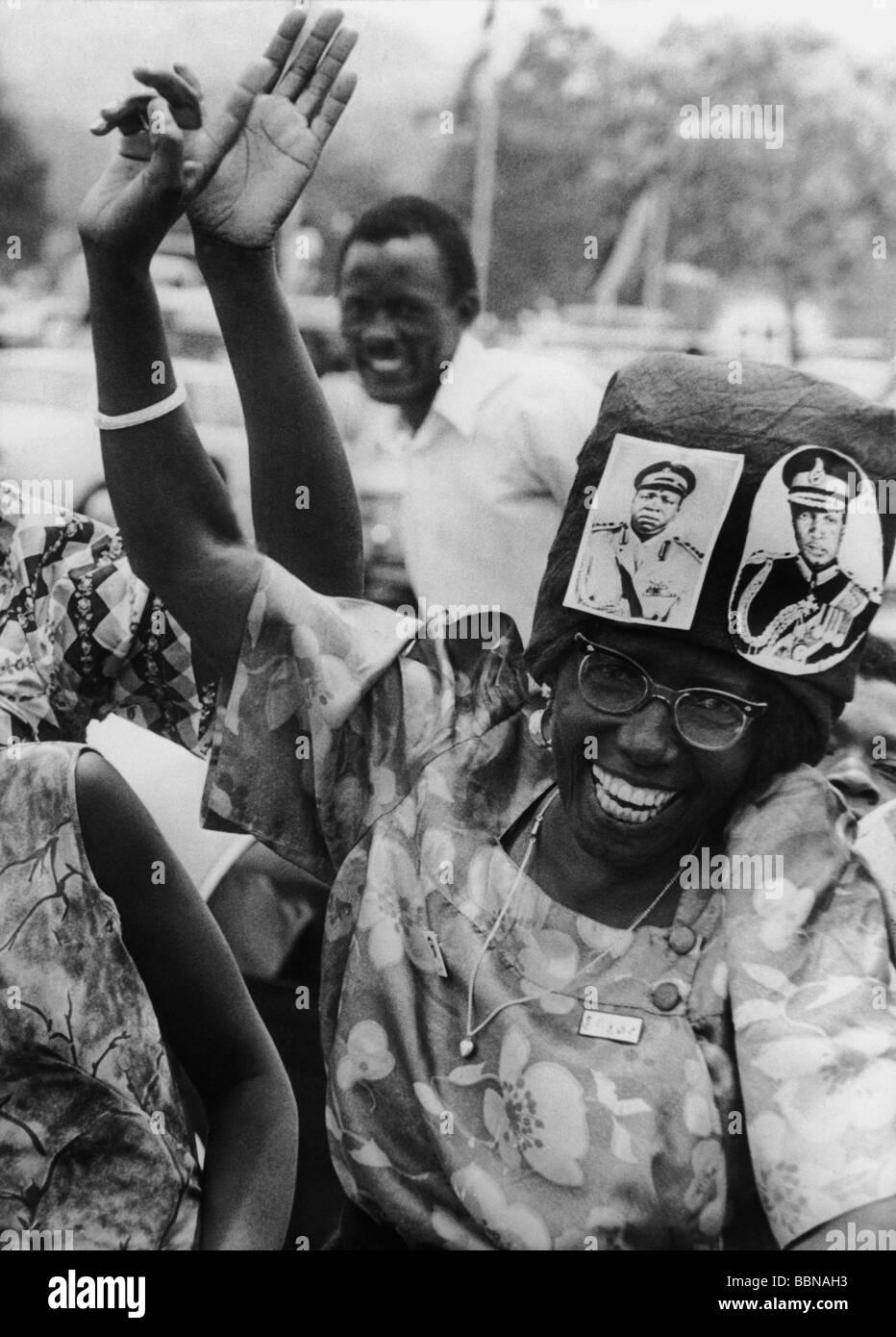 L'Ouganda, de la politique, femme d'encouragement avec des photos d'Idi Amin Dada et Sir Edward Mutasa Photo Stock