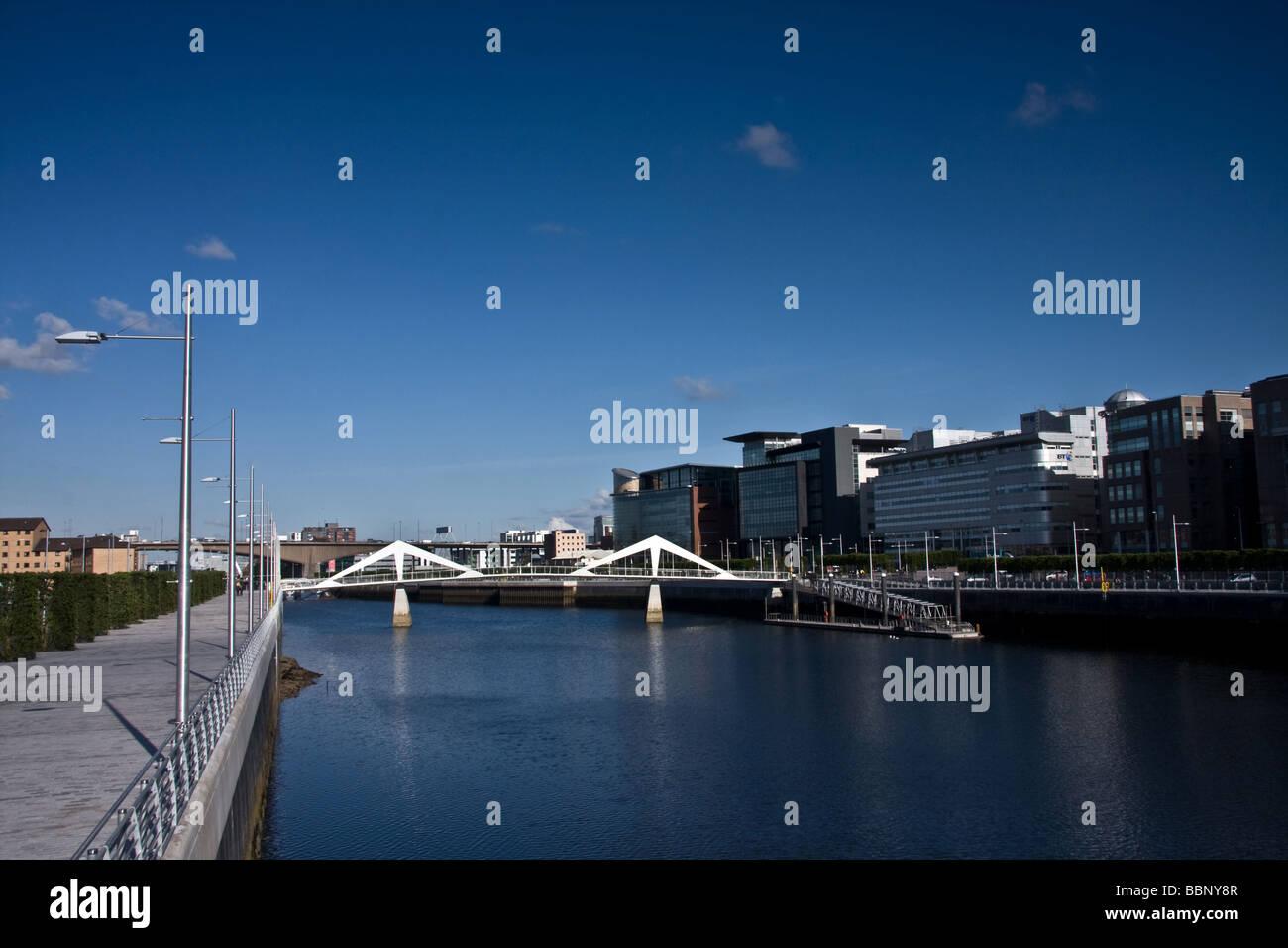 Squiggly Tradeston Pont de jour reliant le quartier financier du centre-ville de Glasgow avec le secteur sud. Banque D'Images