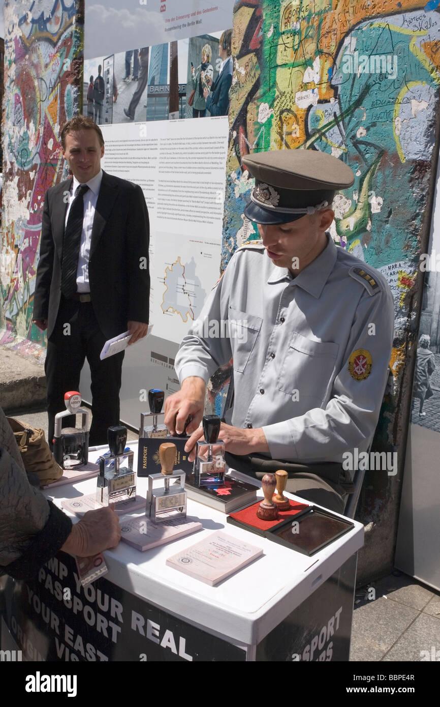 Estampage de passeport au mur de Berlin demeure, Potsdamer Platz, Berlin, Allemagne Banque D'Images