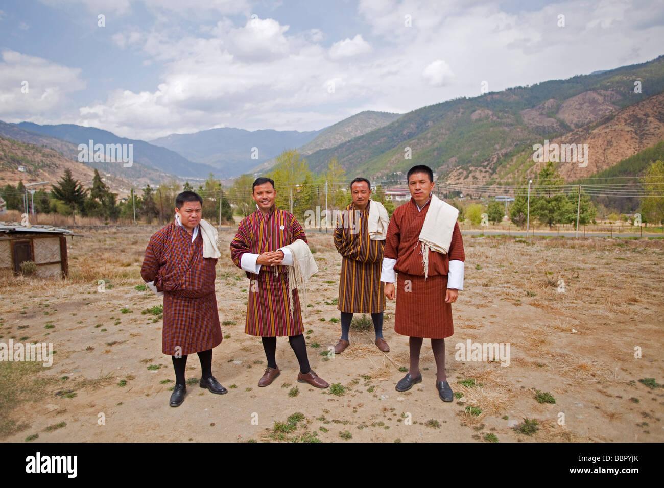Délégation culturelle en costume national au bâtiment de la Bibliothèque nationale du Bhoutan Photo Stock