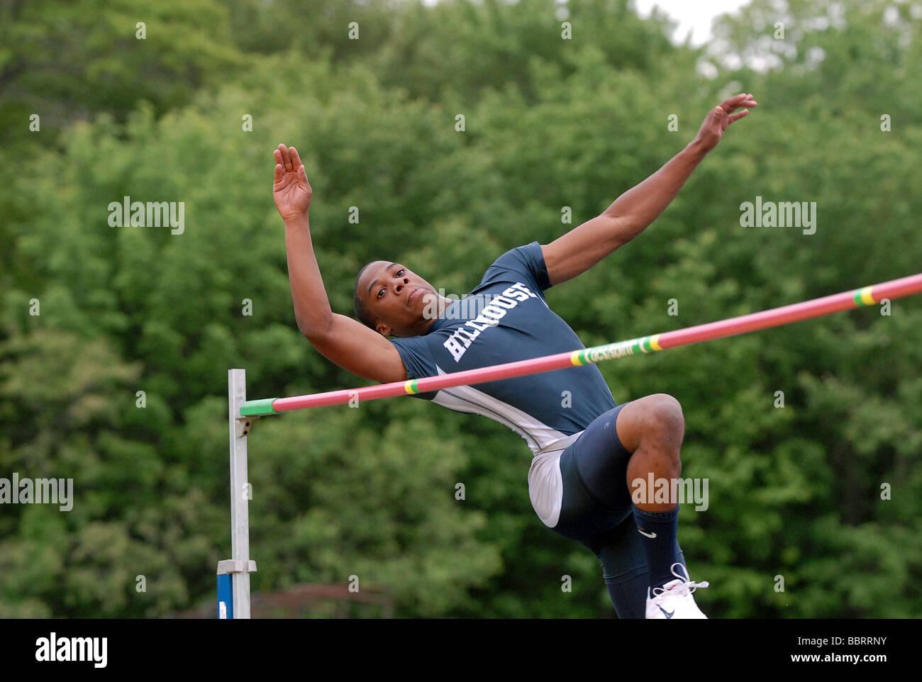 Une école athlétisme sauts sur le bar pendant le saut lors de l'État du Connecticut Piste Championnat Photo Stock