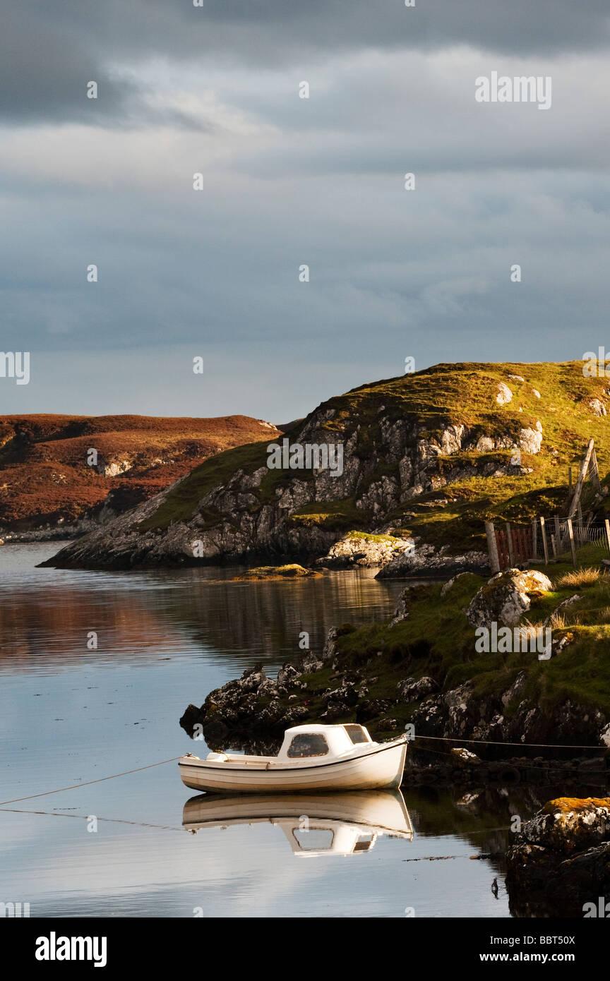 Petit bateau de pêche amarré à Bayhead, Côte Est, Isle of Harris, Hébrides extérieures, Photo Stock