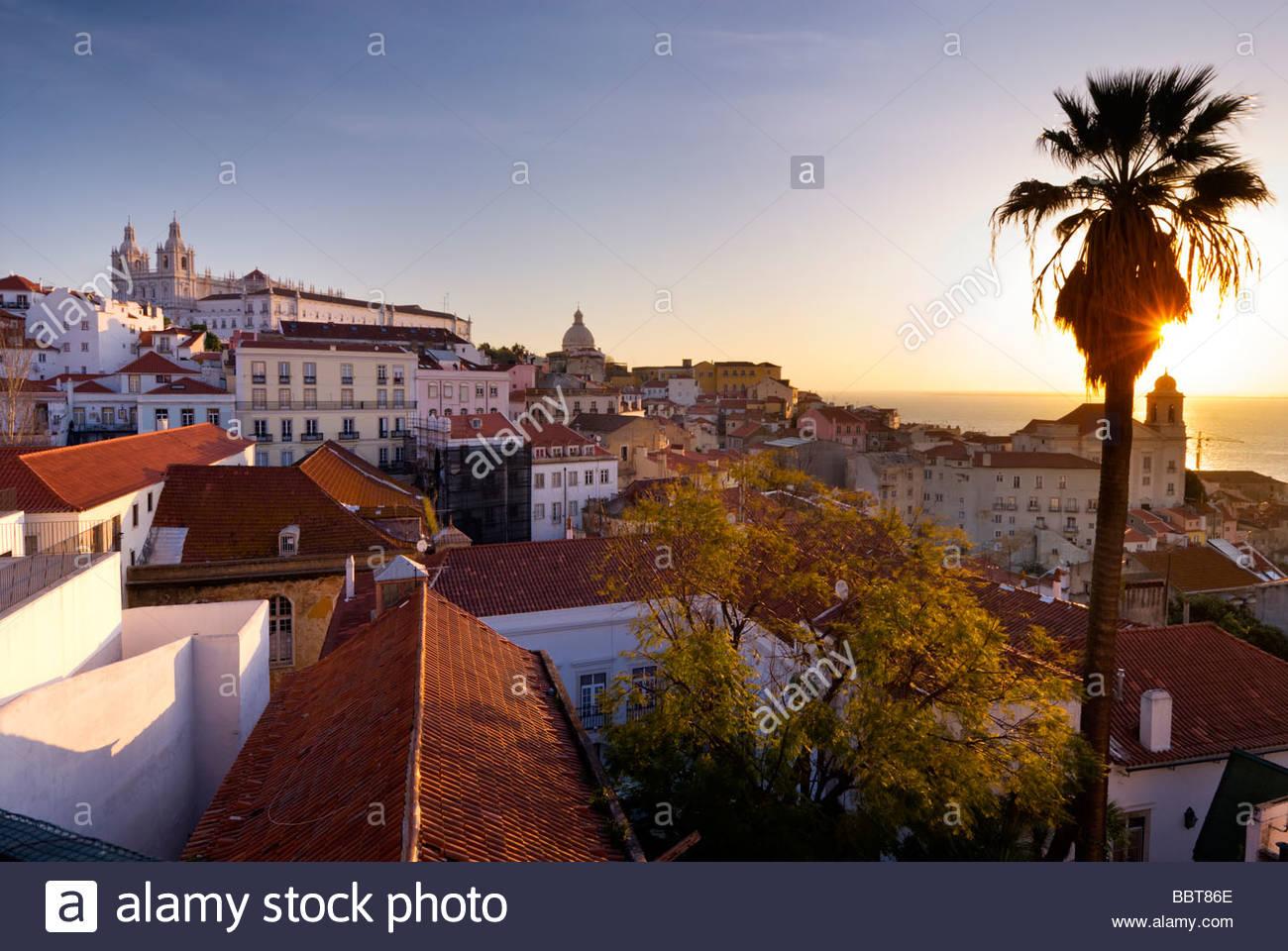 Vue de l'Alfama de Largo Portas do Sol, Lisbonne, Portugal. Photo Stock
