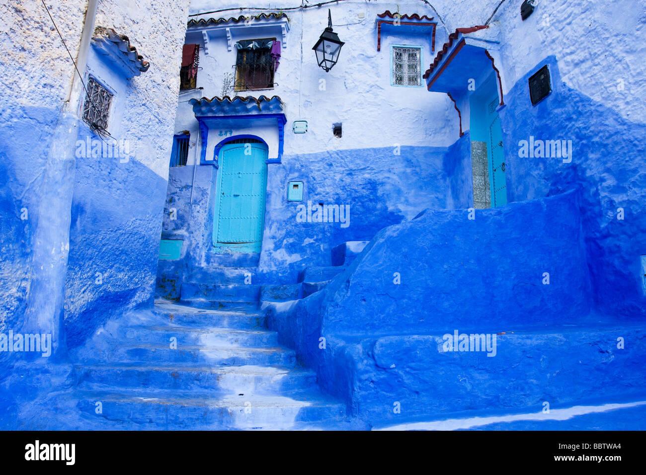 Étapes peinte en bleu à Chefchaouen Maroc Afrique du Nord Photo Stock