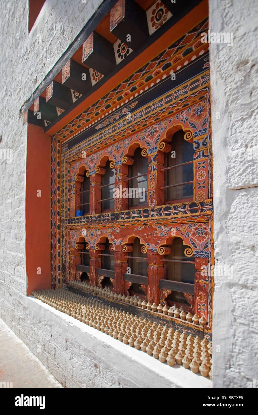 Détails de fenêtre et statuettes à la Bibliothèque nationale du Bhoutan Tashi Chho Dzong Thimphu Photo Stock
