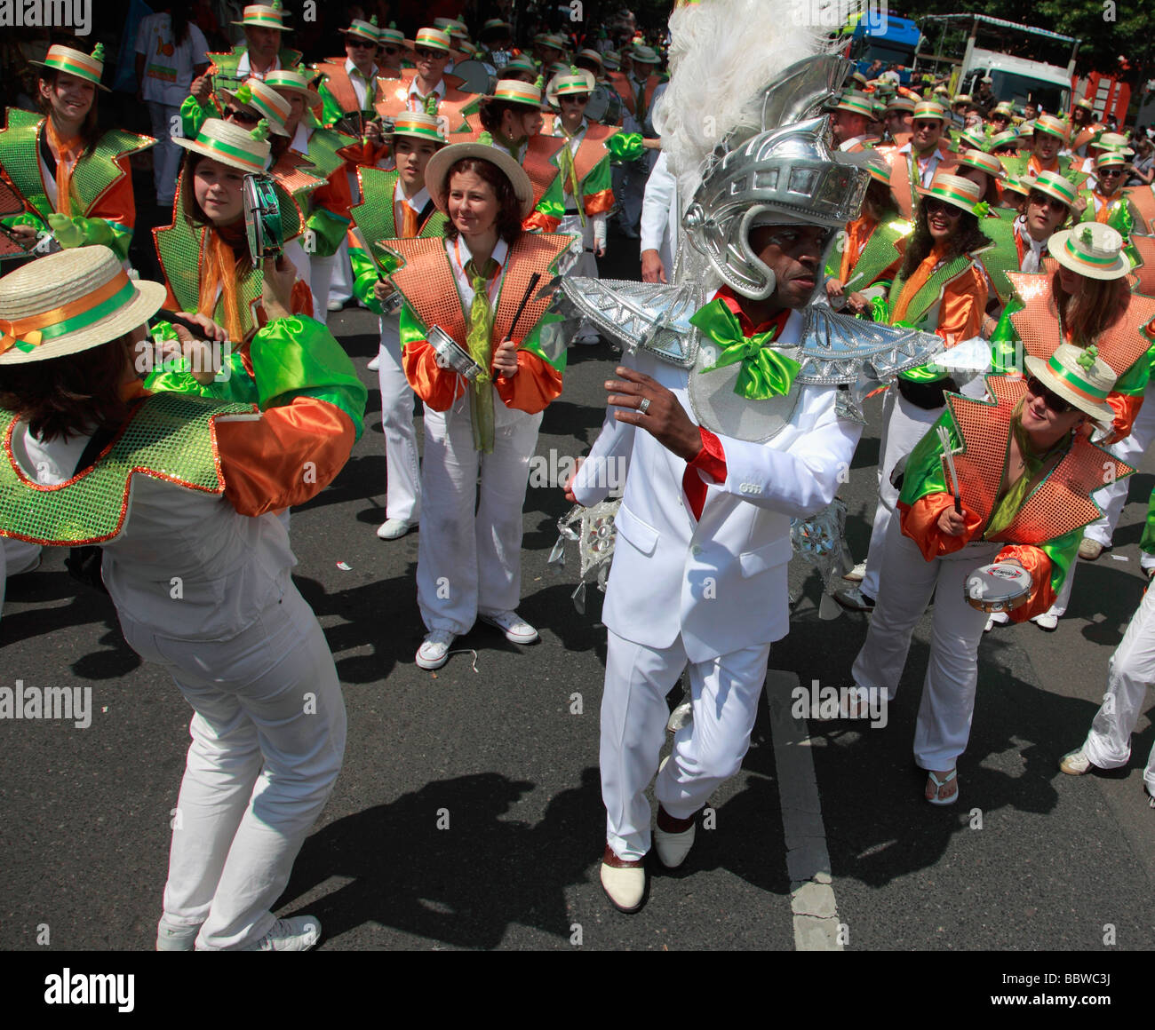 Allemagne Berlin Carnaval des Cultures marching percussion band Photo Stock