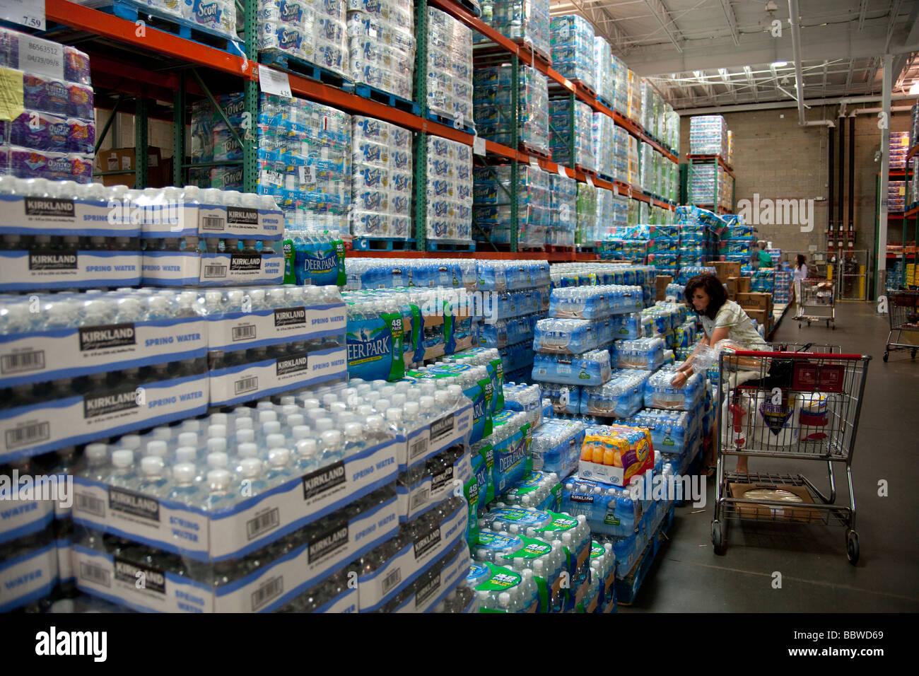 L'eau en bouteille et serviette cuisine piles, entrepôt Costco USA Photo Stock