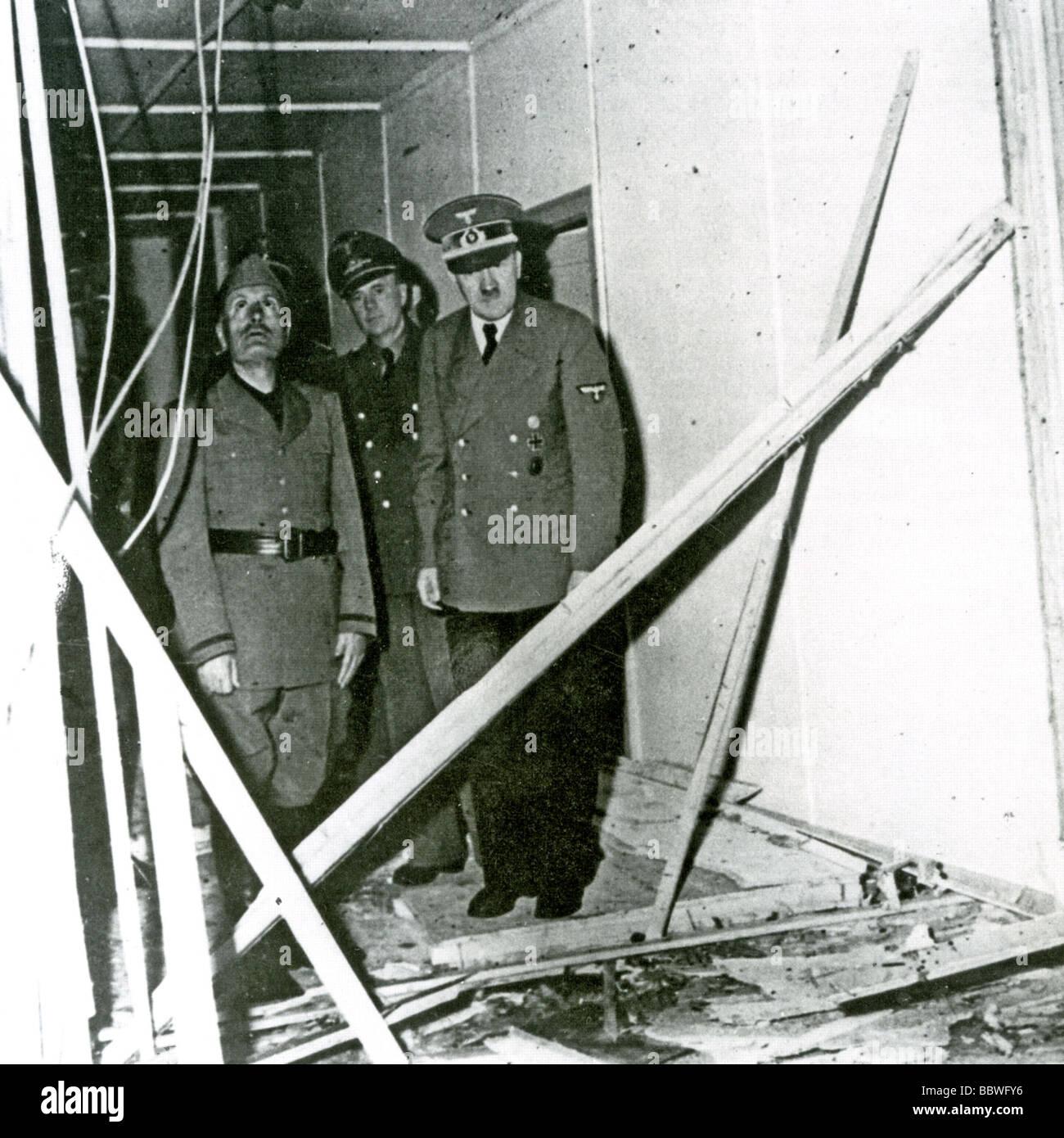 HITLER Mussolini montre les dégâts causés par la tentative d'assassinat le 20 juillet 1944 Banque D'Images