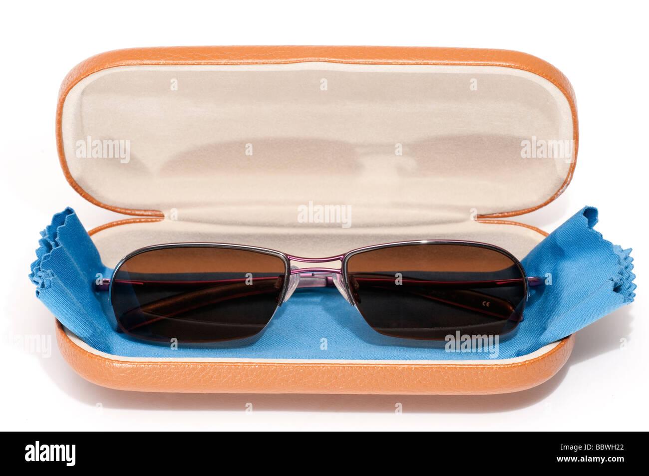 Paire de lunettes de prescription polaroid mans et spectacle bleu chiffon microfibre nettoyant dans un boîtier Photo Stock