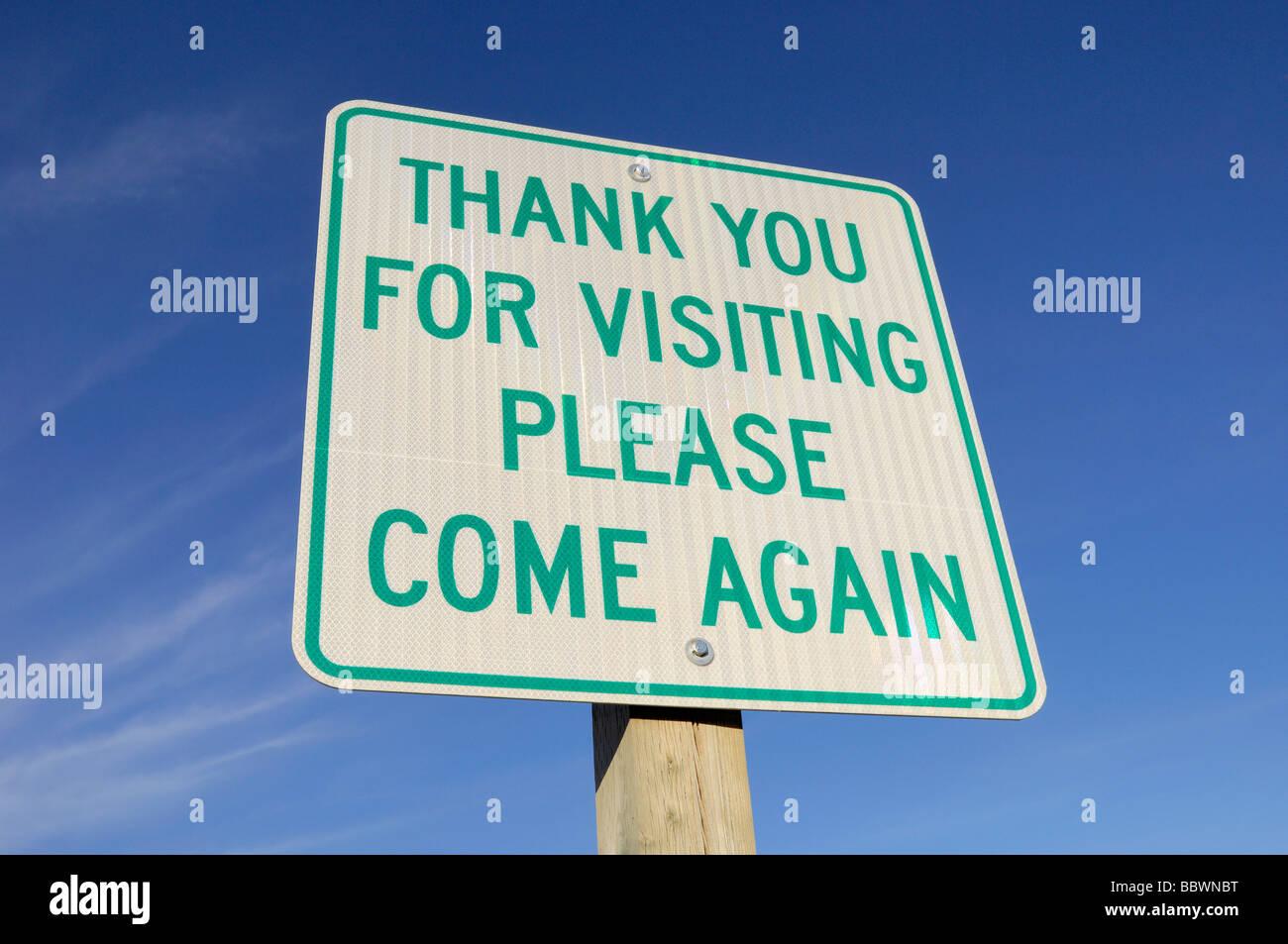 Panneau disant merci de visiter s'il vous plaît venez à nouveau contre un ciel bleu Strathcona County, Photo Stock