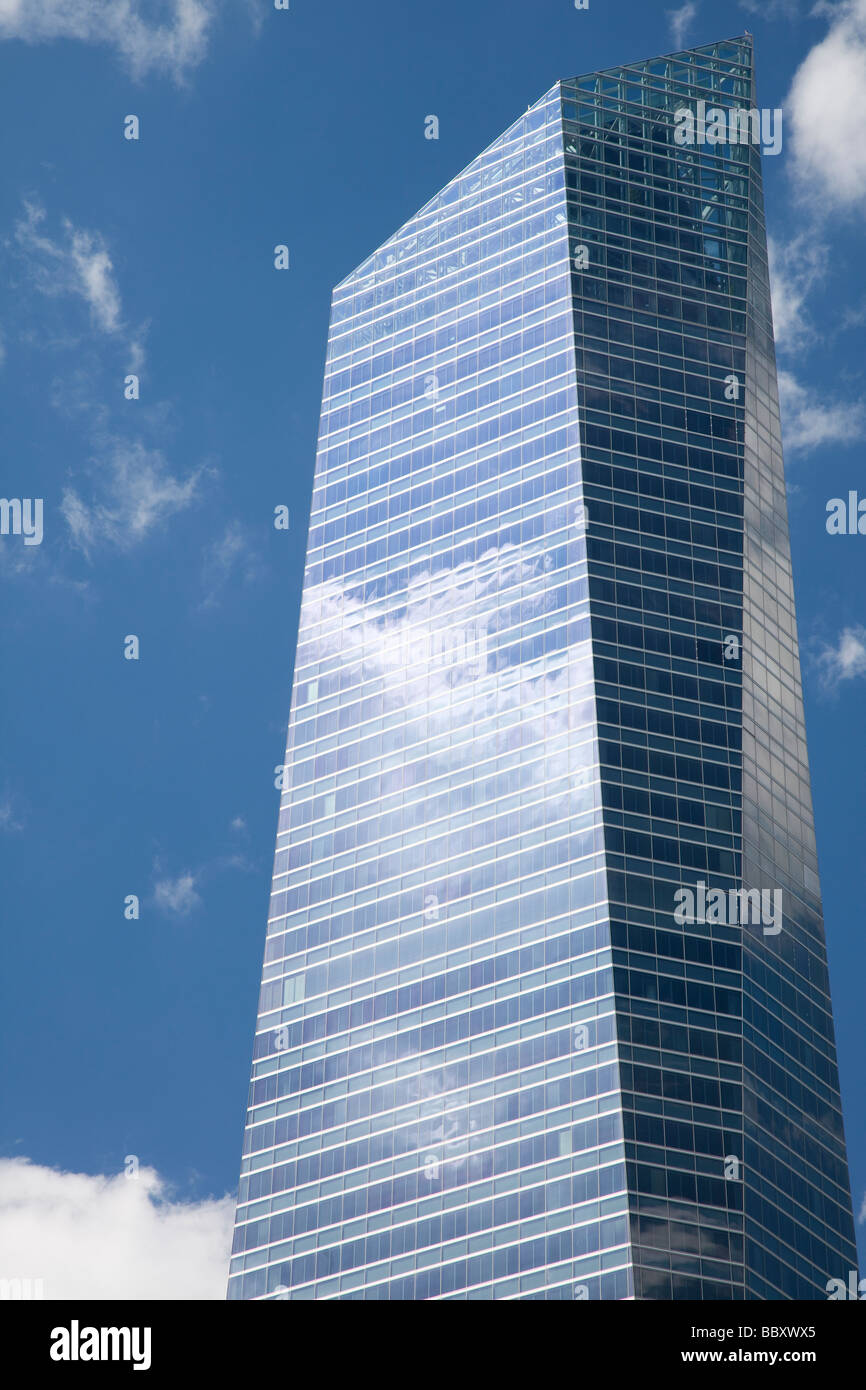 Les nuages se reflétant dans les fenêtres des gratte-ciel modernes, Madrid, Espagne Photo Stock