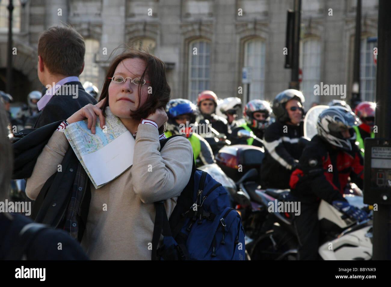 Blocs de femme ses oreilles du bruit des motos surrégimes. Cela a été pris le jour d'une protestation Photo Stock