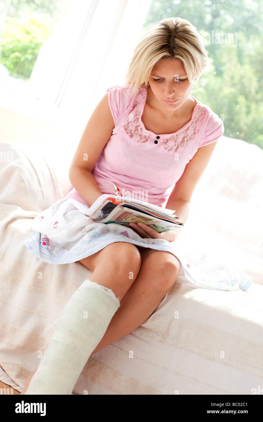 Femme remplissant formulaire de réclamation Photo Stock