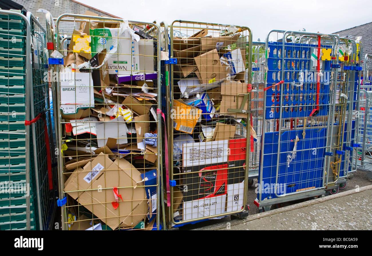 Le recyclage du papier et carton de supermarché Photo Stock