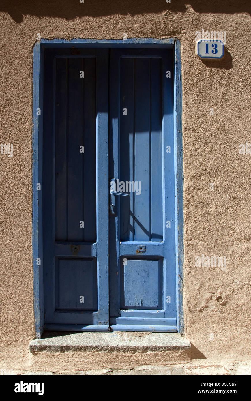 Porte bleue de la chambre à numéro treize, île de Giglio sur la côte Toscane Photo Stock