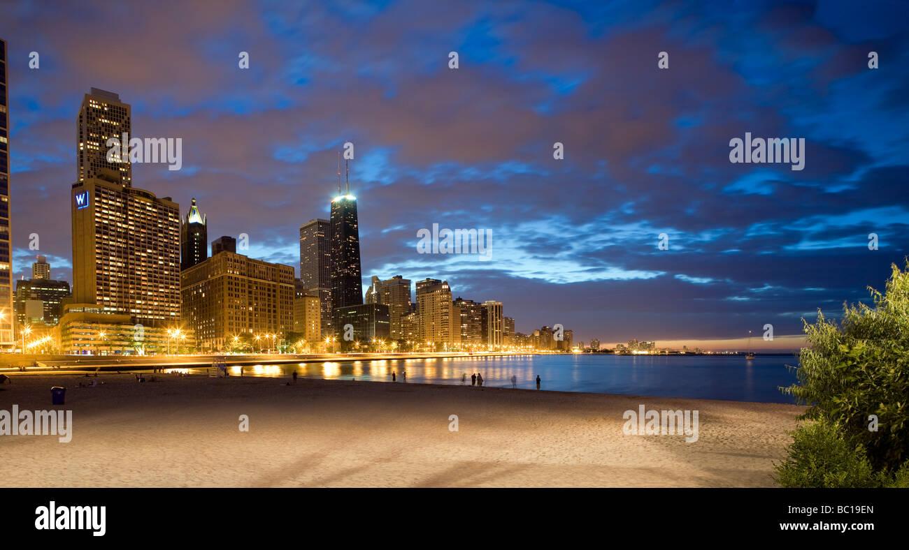 États-unis, Illinois, Chicago, Côte d'or et les bâtiments au bord du Michigan Lac au coucher Photo Stock