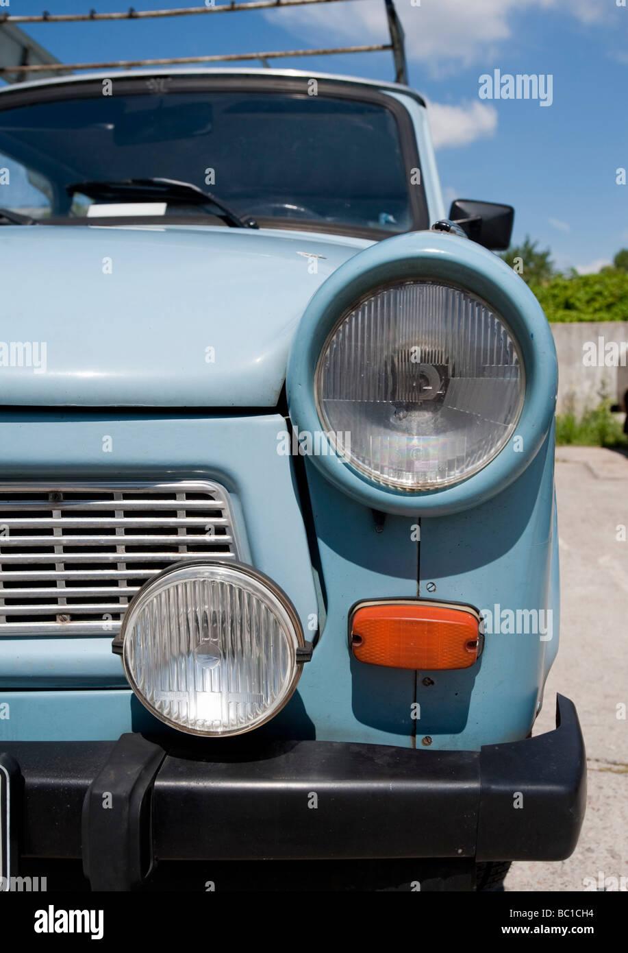 L'Allemagne de l'ancienne Trabant voitures stationnées à Berlin Allemagne Banque D'Images