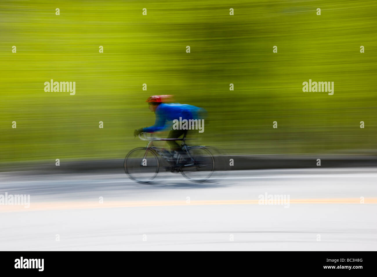 Les cyclistes équitation sur l'autoroute 50 sur Monarch Pass en Californie au cours de l'assemblée Photo Stock