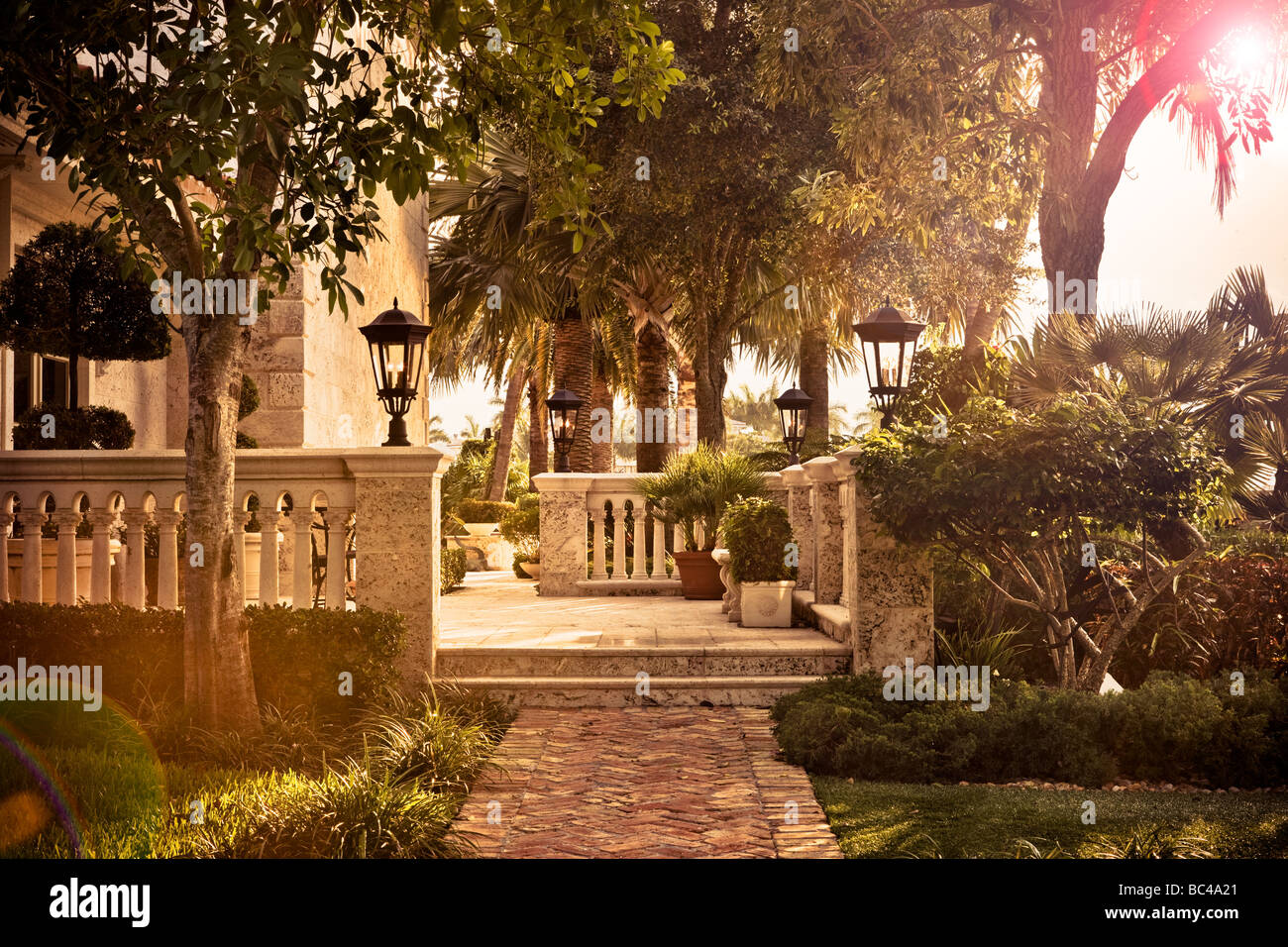 Une terrasse patio en pierre calcaire à un manoir à Boca Raton, Floride Photo Stock