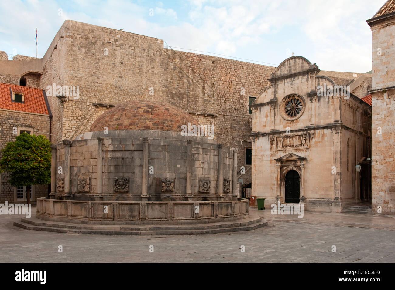 La grande fontaine d'Onofrio et l'église Saint Sauveur, Dubrovnik, Croatie Banque D'Images