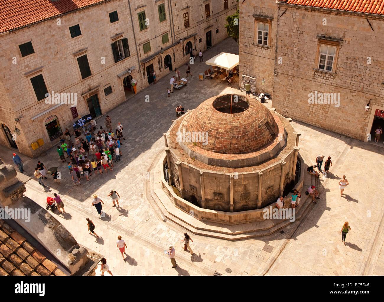 La grande fontaine d'Onofrio, près de la Porte Pile, Dubrovnik, Croatie, extraite du mur de la ville. Banque D'Images