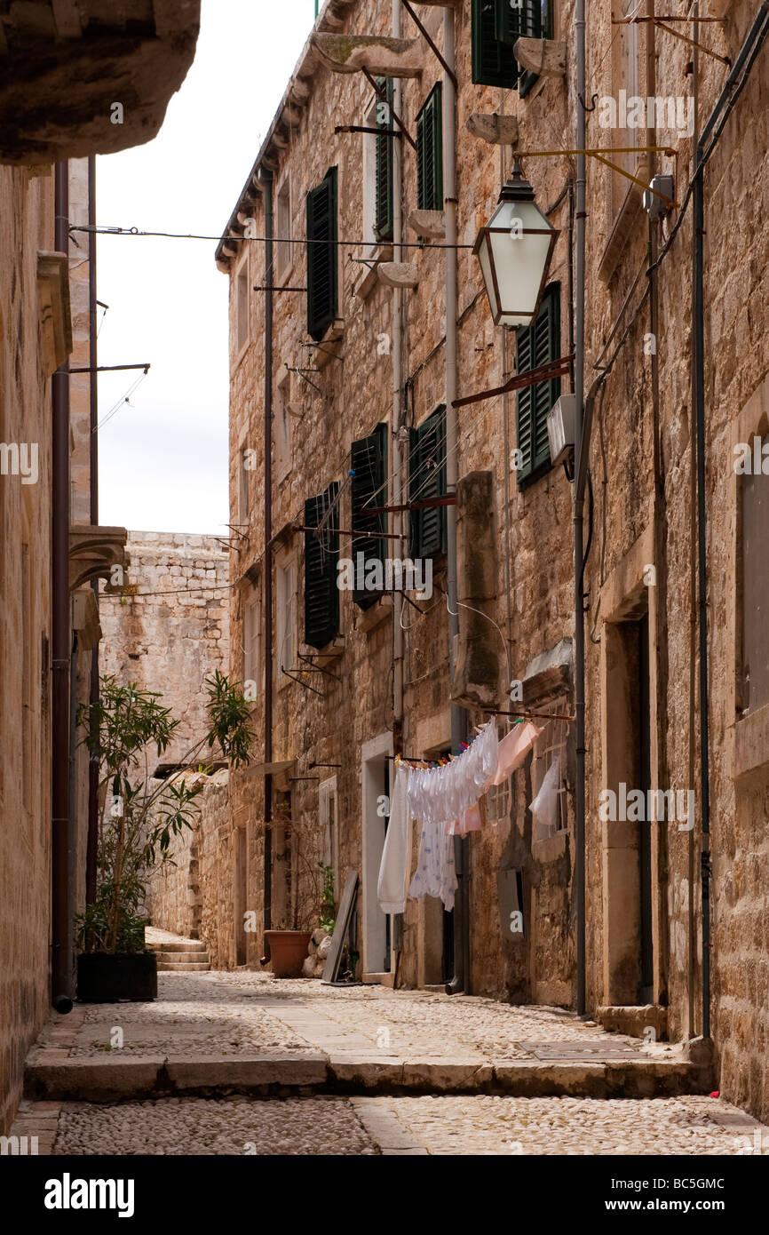 Rue étroite, avec lave-séchage, dans la vieille ville fortifiée de Dubrovnik, Croatie Banque D'Images