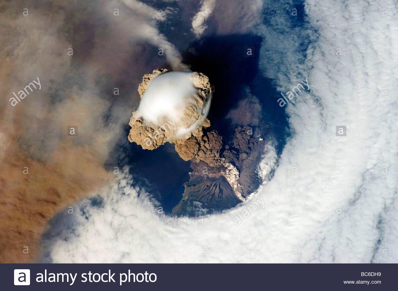 Volcan sarytchev à partir de l'espace Station spatiale de la Nasa a photographié le 12 juin 2009 à Photo Stock