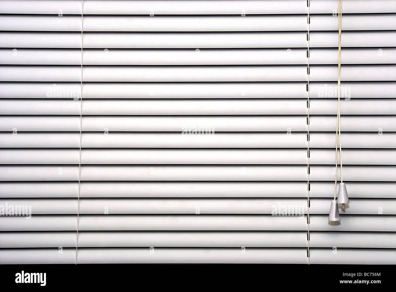 Fermé les stores blancs becs et les cordons de réglage montrant Photo Stock