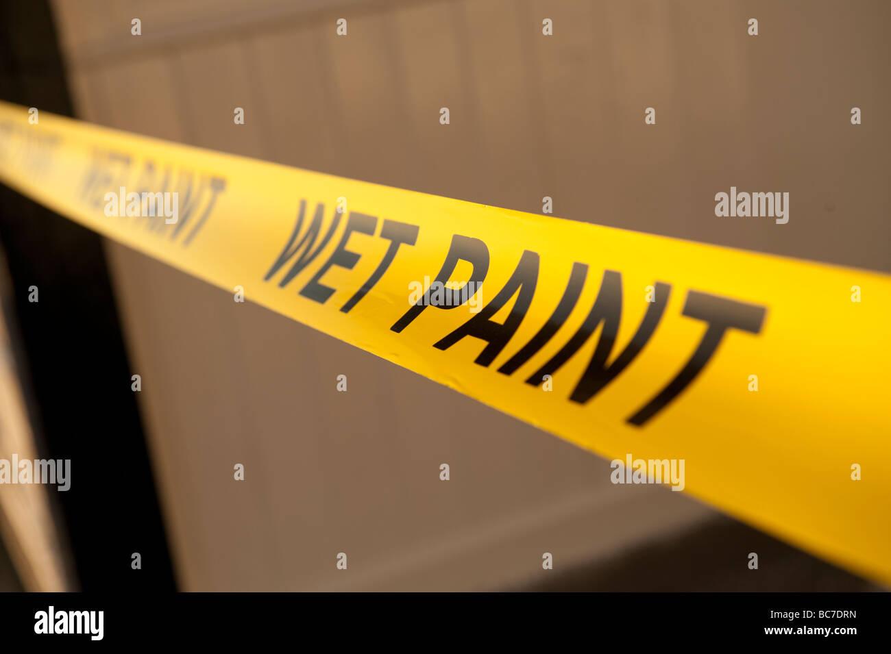Ruban d'avertissement jaune peinture humide Photo Stock
