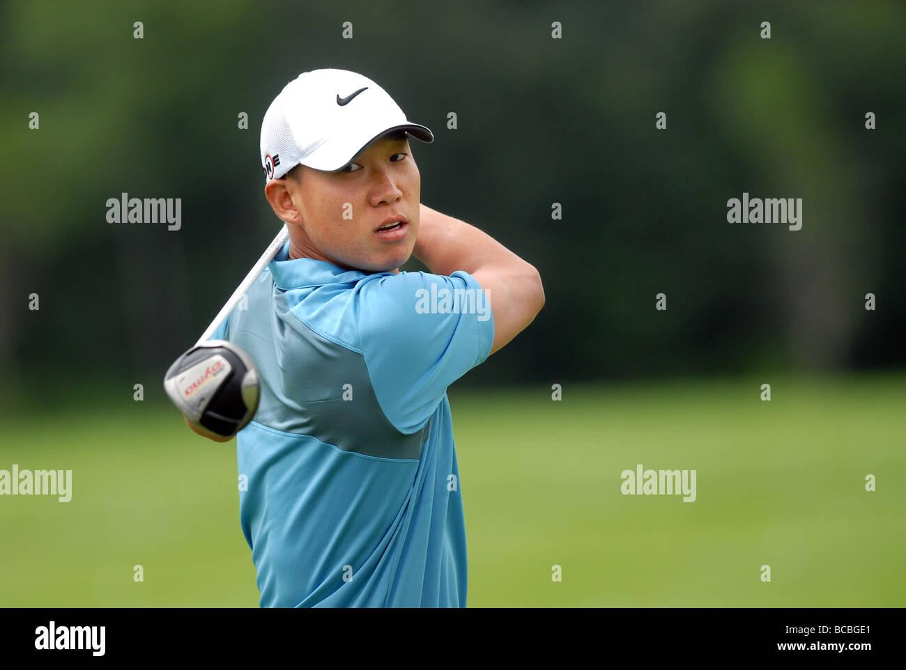 Golfeur Pro Anthony Kim regarde un coup de départ au Championnat Travelers à Cromwell CT USA 2009 wearing Nike Hat Banque D'Images