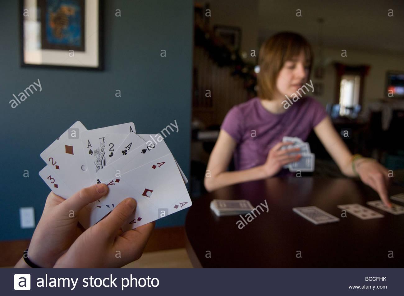 Une jeune fille de 14 ans joue Solitaire. Photo Stock