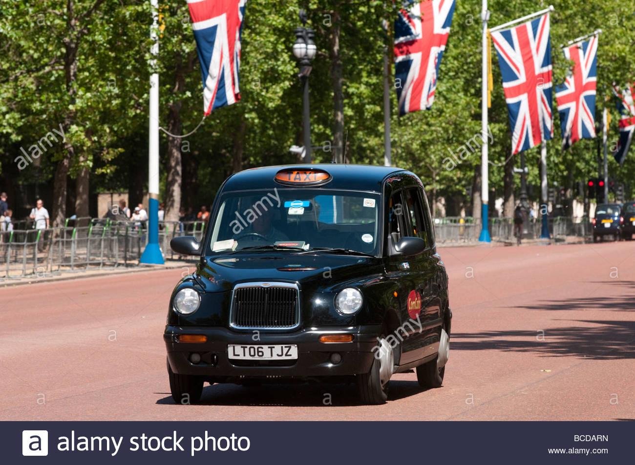London taxi noir sur le Mall, England UK Photo Stock