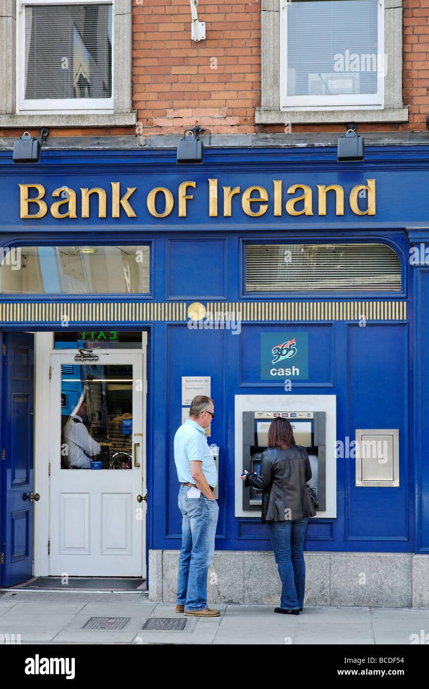 Les gens à l'aide de Bank of Ireland paiement automatique de Dublin République d'Irlande Banque D'Images