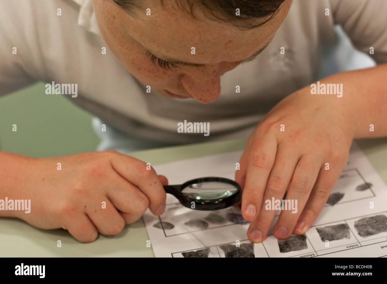 Les étudiants anglais pendant la leçon de chimie sur l'apprentissage des empreintes digitales Photo Stock
