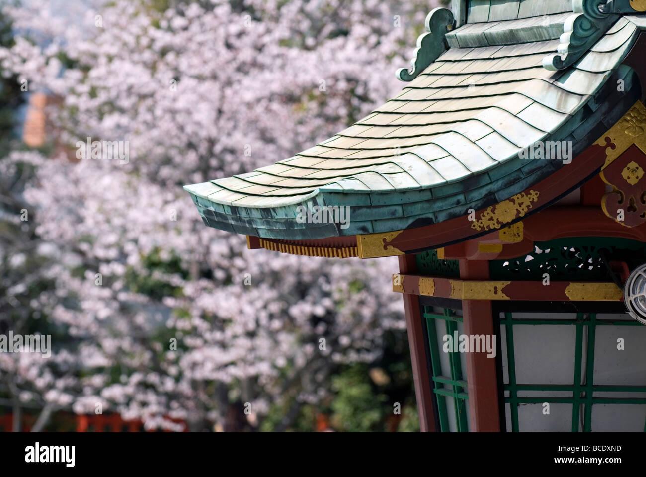 Une Composition D Une Toiture En Cuivre Ouvrage Lantern Un Culte Avec Un Cerisier En Fleurs A L Arriere Plan Photo Stock Alamy