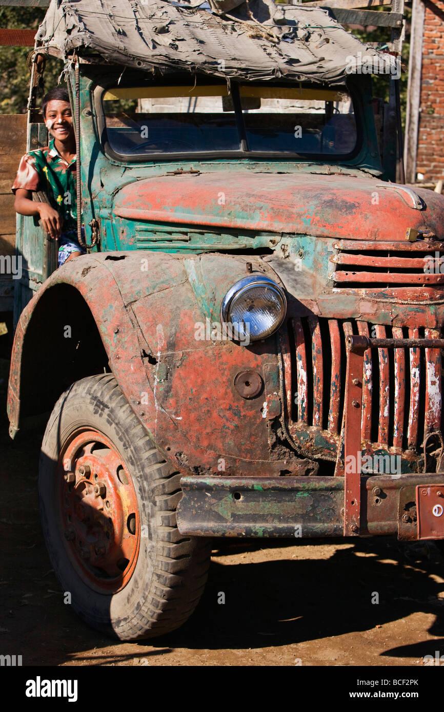 Le Myanmar, Birmanie, Sittwe. Vieux véhicules militaires comme ce camion Chevrolet ont été abandonnés à la ferraille en Birmanie après la Seconde Guerre mondiale. Banque D'Images