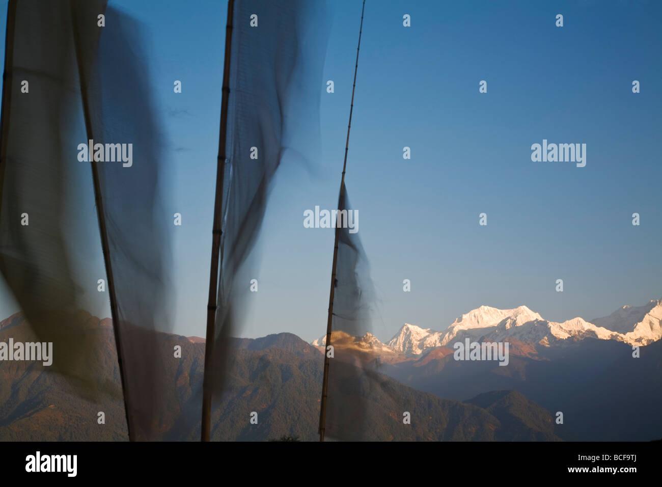 L'Inde, le Sikkim, Pelling, Upper Pelling, les drapeaux de prières et Kanchenjunga, gamme Kangchendzonga Photo Stock