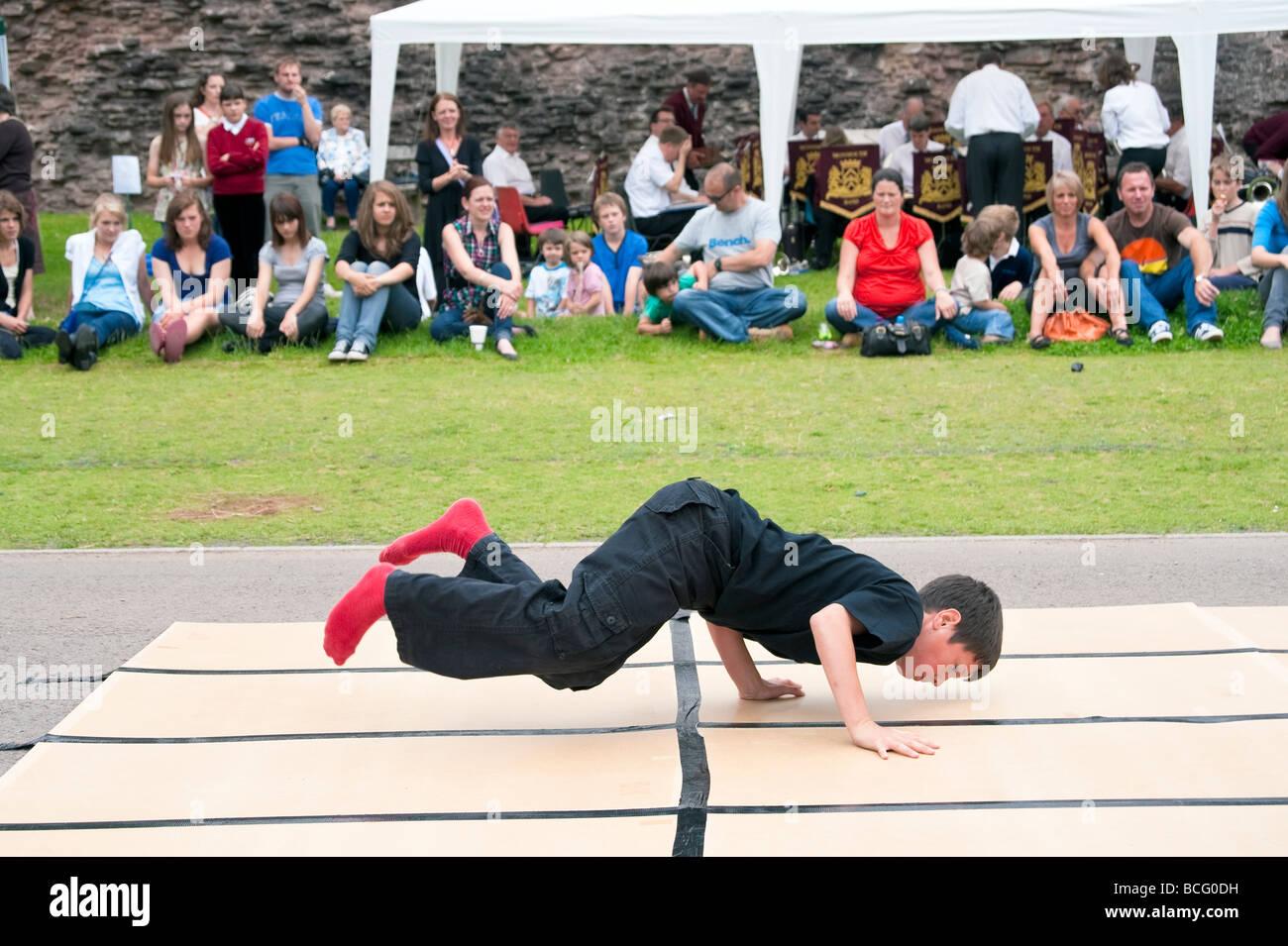 Boy break dancing at Skenfrith fun day. Street dancer divertissant la foule. Jeux et divertissement à fête Photo Stock