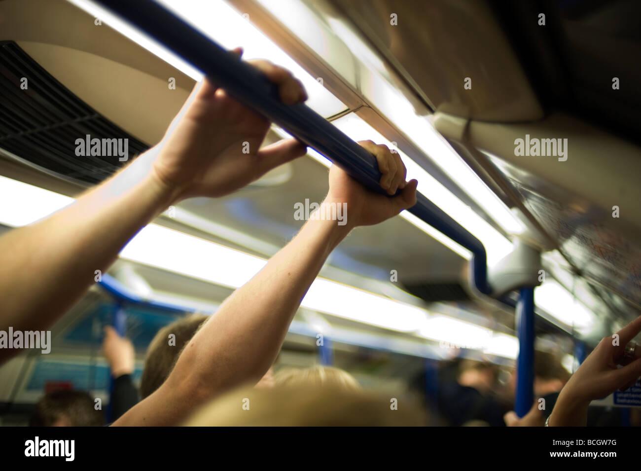 London Underground tube comute surpeuplés écraser la ligne Piccadilly voyage straphanging sueur chaude Photo Stock