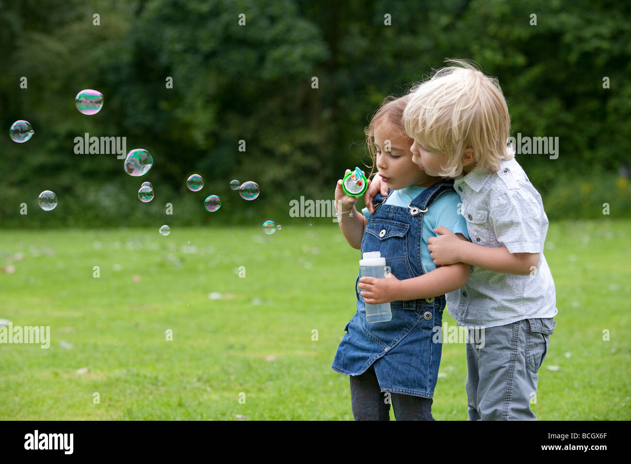 Deux bambins blowing bubbles Photo Stock