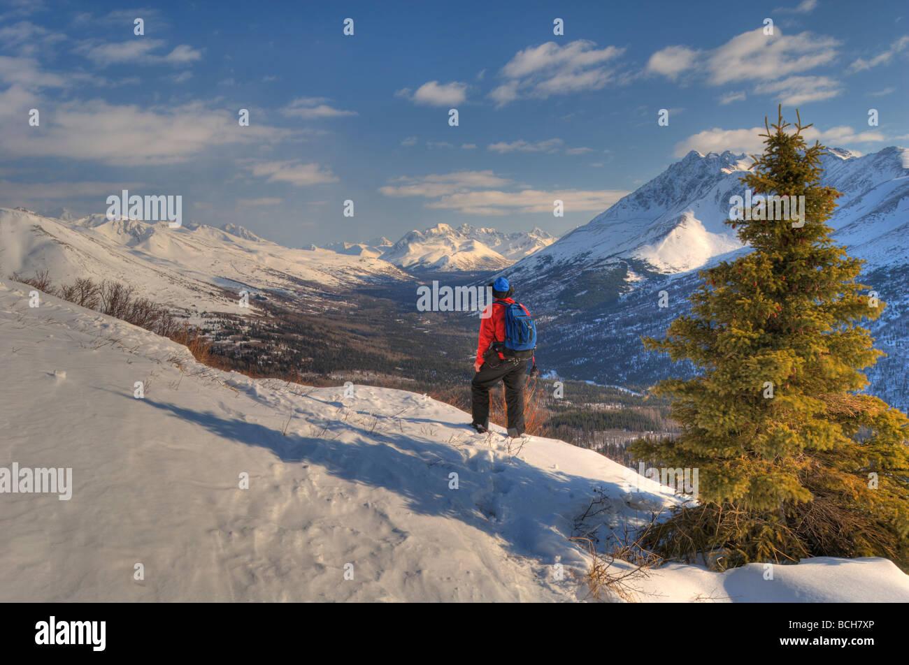 L'homme de la raquette au-dessus de la vallée de l'Arctique avec Chugach montagnes en arrière Photo Stock