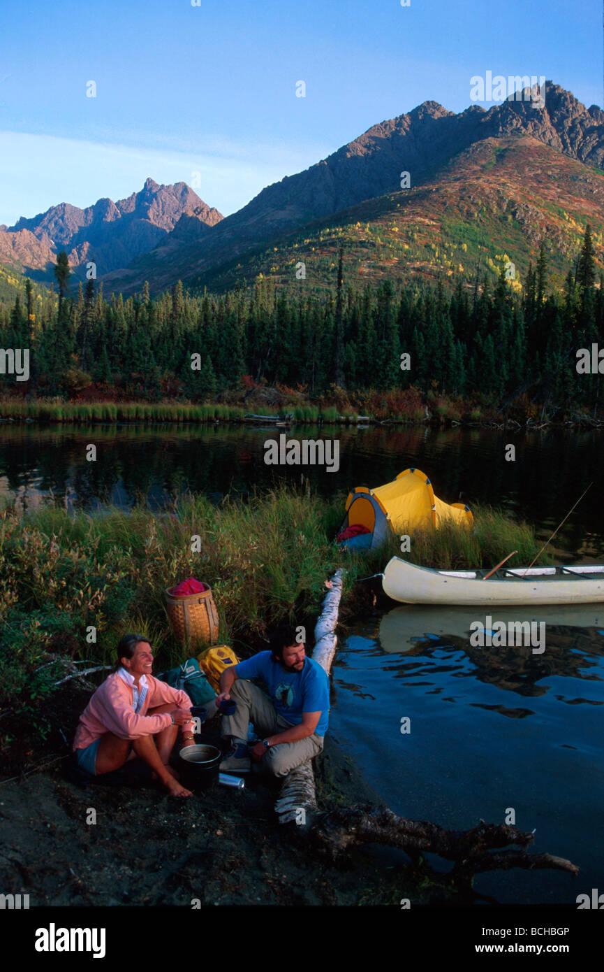 De l'intérieur AK Lac Selby Portes de l'Arctique Natl Park Brooks tente campeurs Canoe Photo Stock