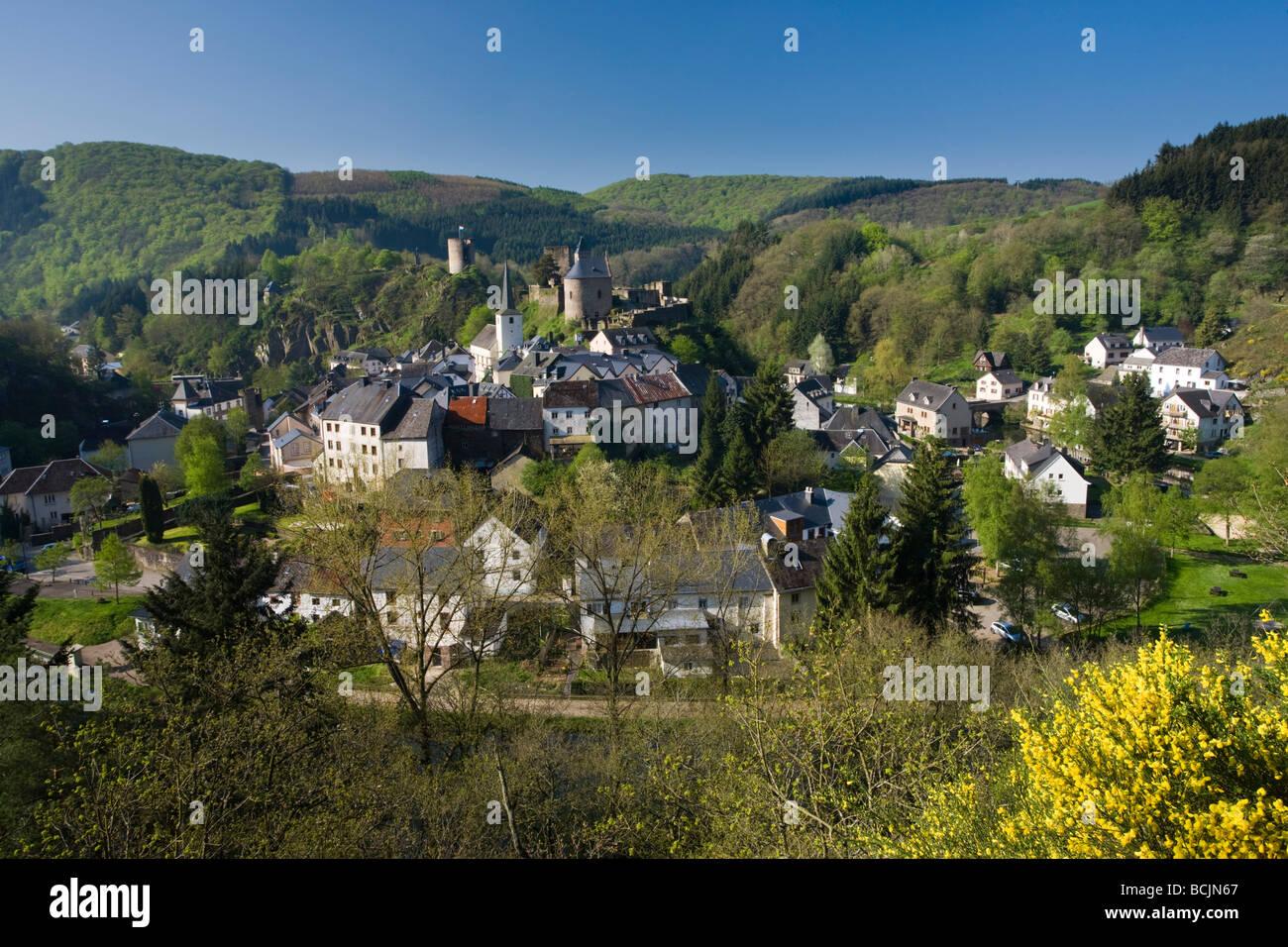 Le Luxembourg, la vallée de la rivière Sûre, Esch-sur-Sure, vue sur la ville Photo Stock
