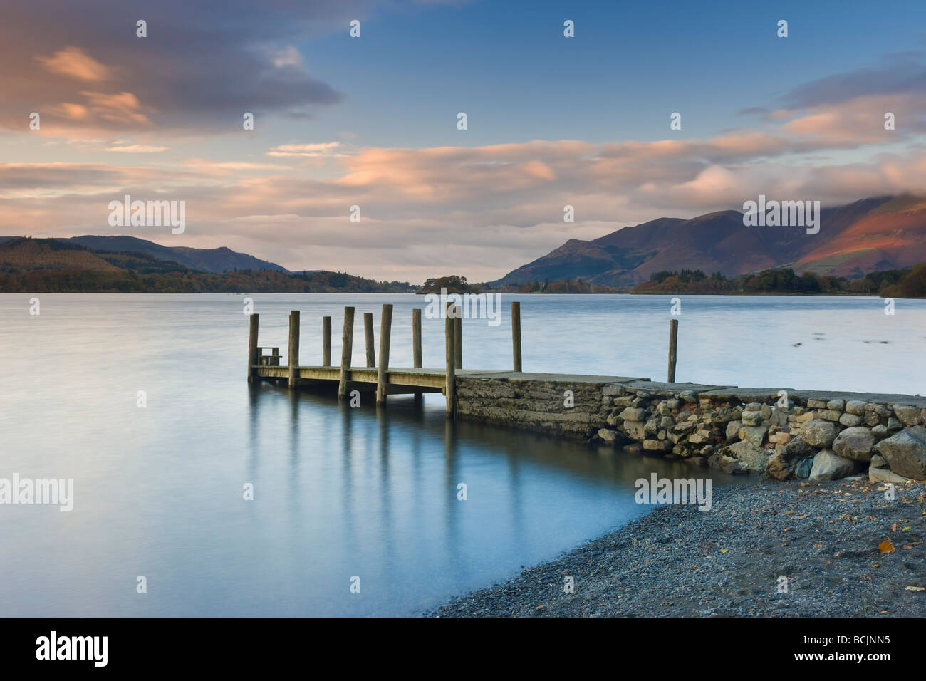 Derwent Water, Parc National de Lake District, Cumbria, England, UK - voir le long de la jetée en bois à Photo Stock