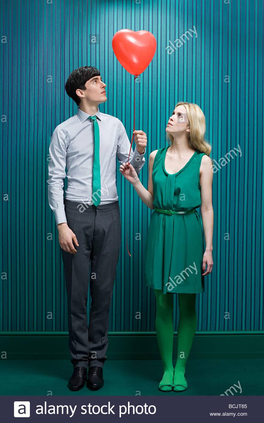 Couple avec ballon en forme de coeur Photo Stock