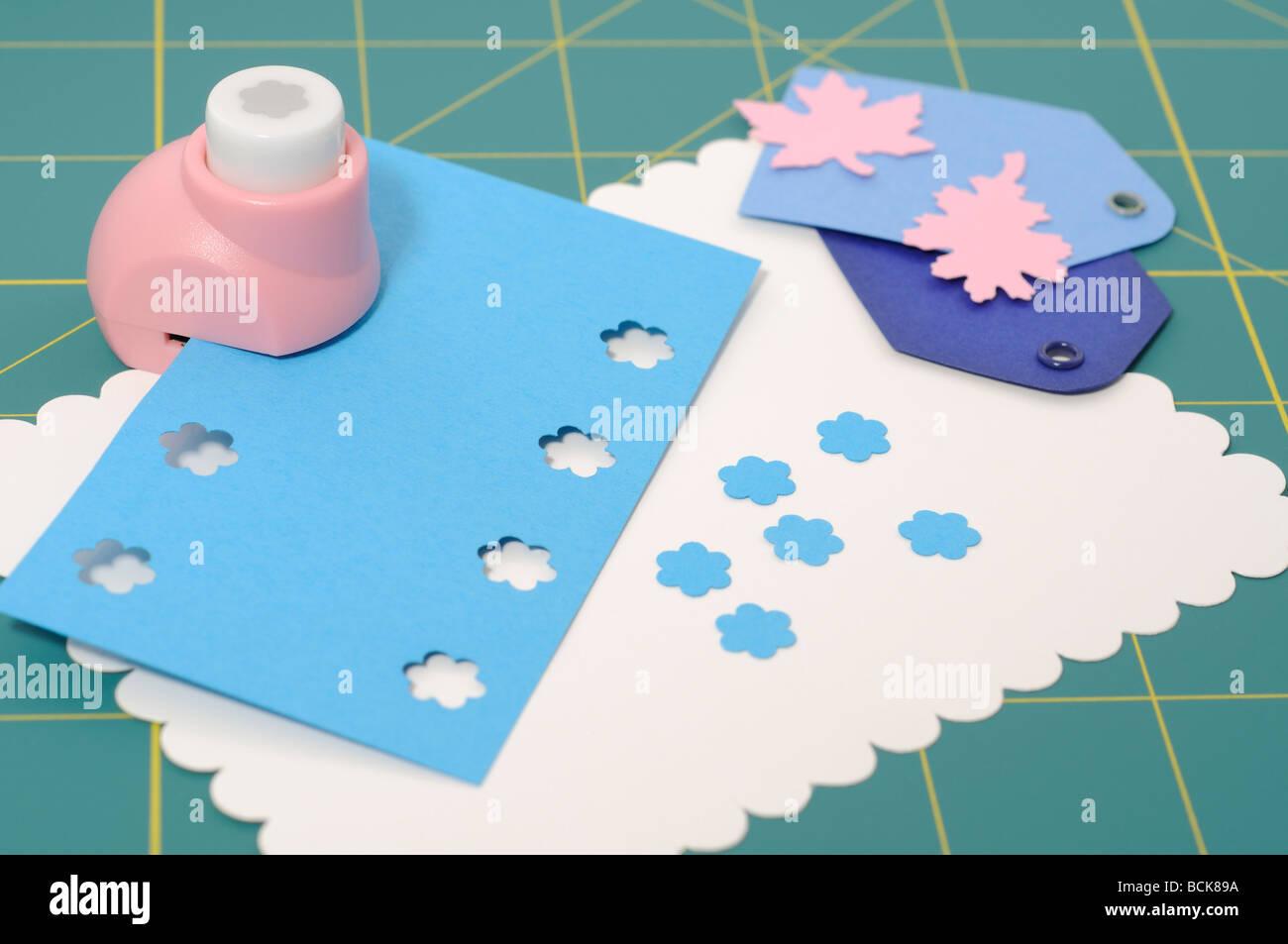Projet d'album avec des tags fleurs et feuilles perforées Photo Stock