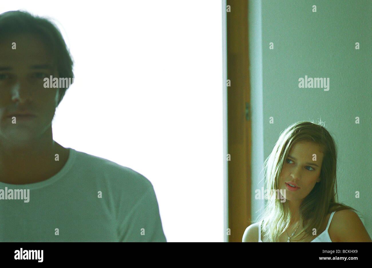 Couple standing apart, Femme recherche homme à Banque D'Images