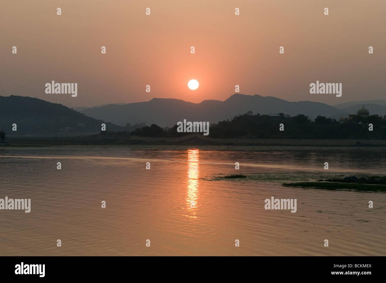Coucher de soleil sur le lac Pichola Banque D'Images